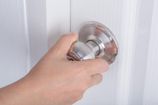 Ręczne otwieranie drzwi pokrętło na białe drzwi