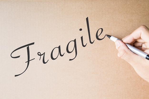 Ręczne pisanie delikatne na brązowym tle papieru