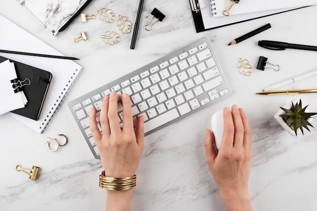 Ręczne pisanie na klawiaturze z bliska