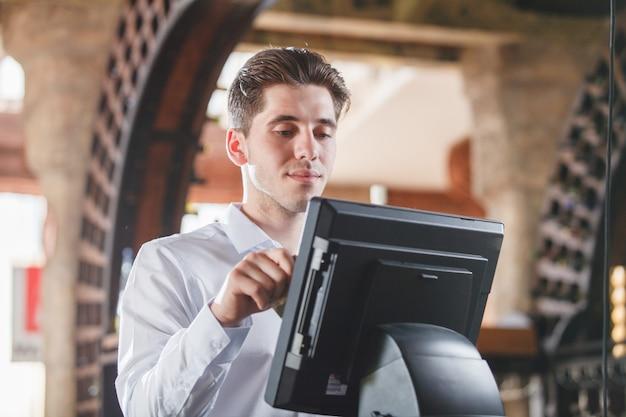 Ręczne przesuwanie karty kredytowej w sklepie.