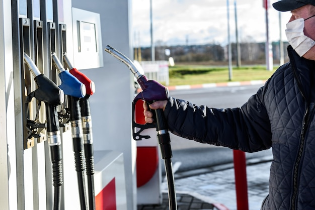 Ręczne tankowanie samochodu na stacji paliw