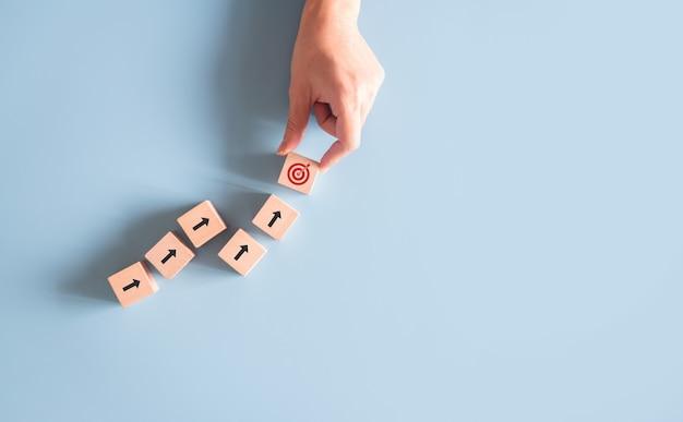 Ręczne układanie bloków drewnianych jako cel sukcesu.