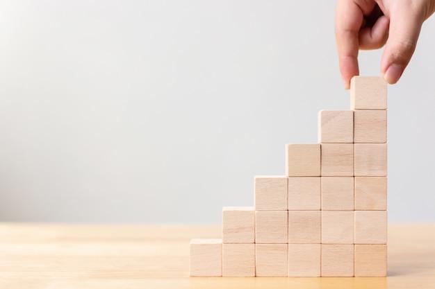 Ręczne układanie bloków drewnianych jako schodków schodowych