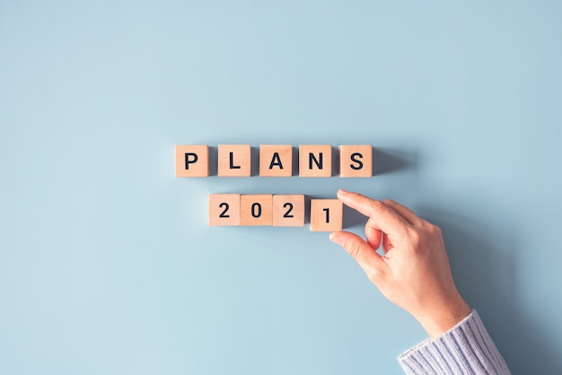 Ręczne układanie drewnianej kostki z planami 2021.