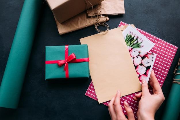 Ręczne umieszczanie kartkę z życzeniami w kopercie