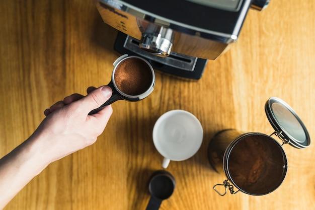 Ręczne wkładanie uchwytu do ekspresu do kawy