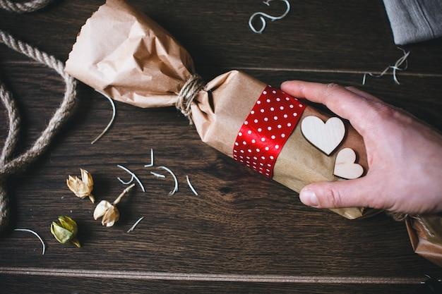 Ręczne zbieranie brązowy cukierki w kształcie worka