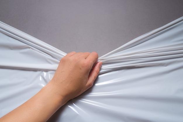 Ręcznie ciągnąć folię paletową z polietylenu, owinąć