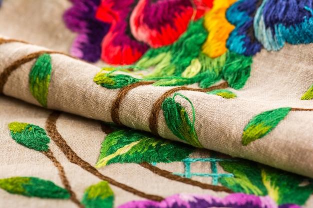 Ręcznie haftowany wzór nici