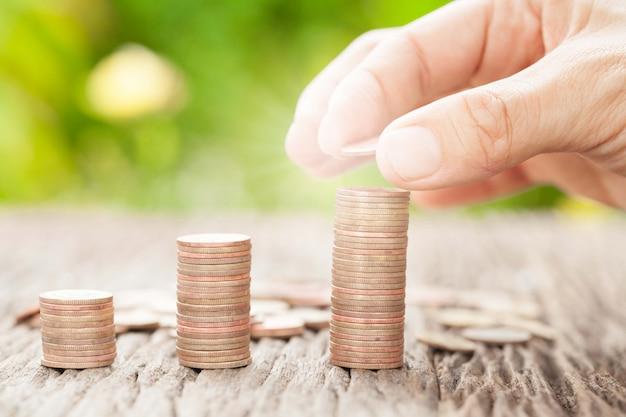 Ręcznie kładzenie monet do pieniędzy za pomocą światła słonecznego, pomysłów biznesowych