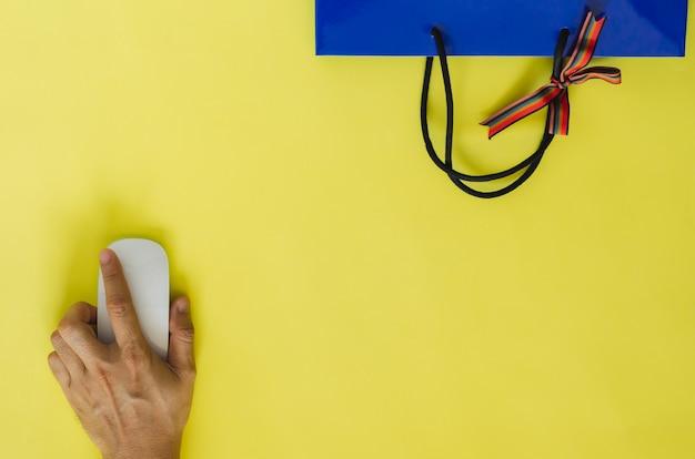 Ręcznie klikaj myszką, aby robić zakupy online podczas kwarantanny. koncepcja pobytu w domu.