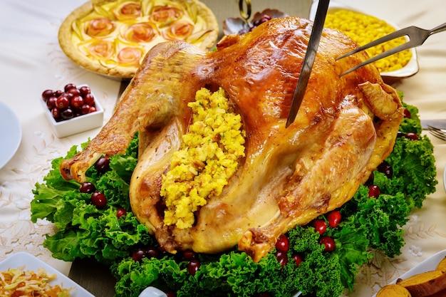Ręcznie krojony pieczony indyk w całości na świąteczny obiad. ścieśniać.