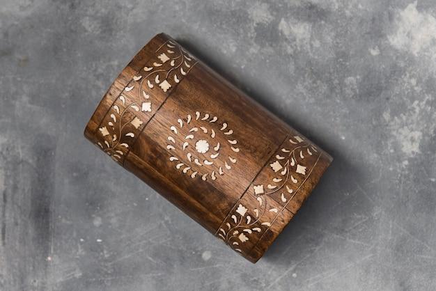 Ręcznie malowana drewniana skrzynia z bliska