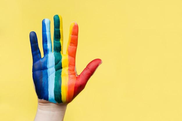 Ręcznie malowane jak tęczowa flaga. koncepcja lgbtq. dłoń lgbt z bliska