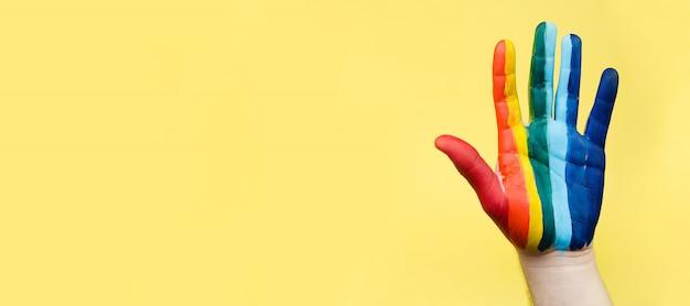 Ręcznie malowane jak tęczowa flaga. koncepcja lgbtq. ręka lgbt z bliska, baner