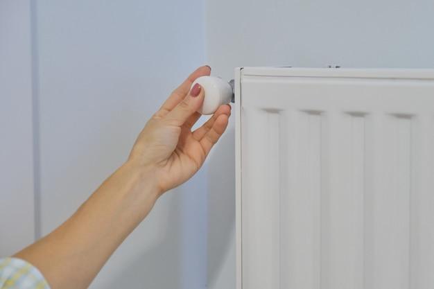 Ręcznie na grzejniku reguluje temperaturę za pomocą regulatora termostatu