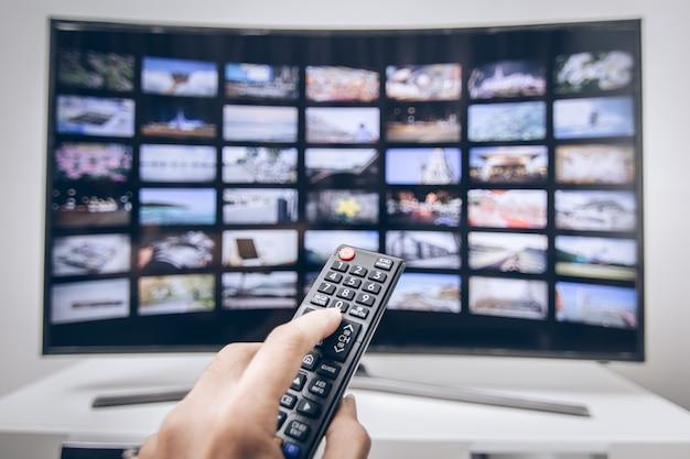 Ręcznie, naciskając na pilocie smart tv