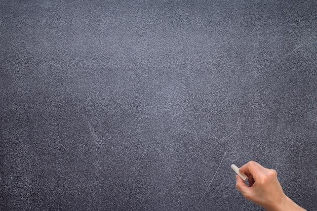 Ręcznie narysuj coś na tablicy kredą