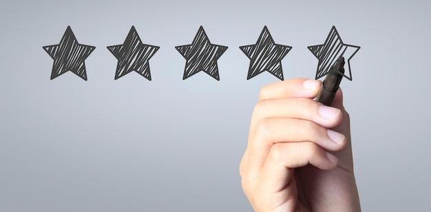 Ręcznie narysuj pięciogwiazdkowe koncepcje oceny i przeglądu