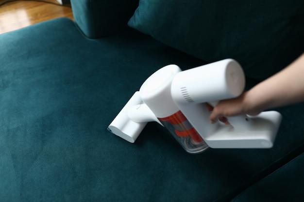 Ręcznie odkurz meble tapicerowane w mieszkaniu