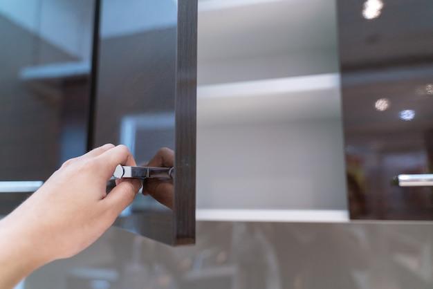 Ręcznie otwarta szafka kuchenna
