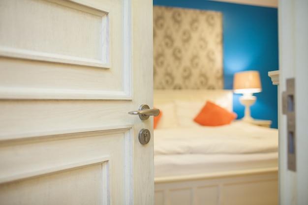 Ręcznie otwierając drzwi sypialni do koncepcji hotelu i domu