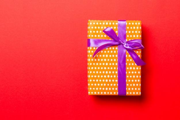 Ręcznie owinięty świąteczny lub inny świąteczny prezent ręcznie robiony na papierze z fioletową wstążką
