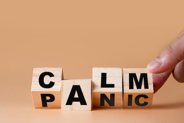 """Ręcznie przerzucaj drewniane kostki, aby zmienić sformułowanie """"panika"""" na """"uspokój"""". sposób myślenia jest ważny dla rozwoju człowieka."""