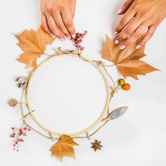 Ręcznie robiąc wieniec jesienią