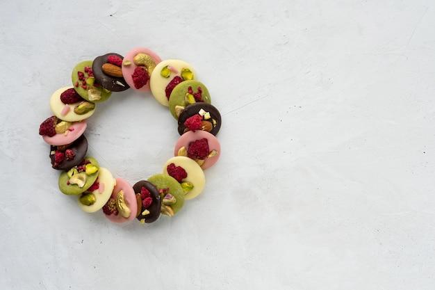 Ręcznie robiona belgijska czekolada z jagodami i orzechami