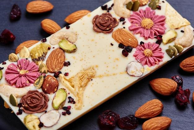 Ręcznie robiona biała czekolada z suszonymi owocami i orzechami