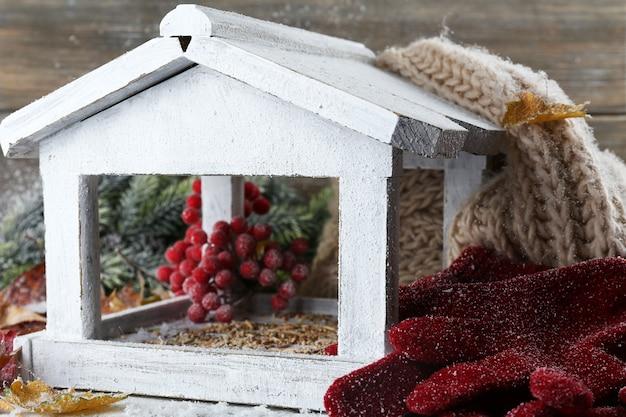 Ręcznie robiona budka dla ptaków zimą