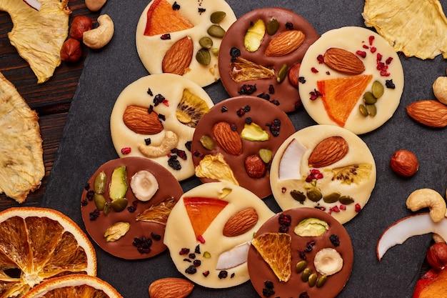 Ręcznie robiona ciemna i biała czekolada z suszonymi owocami i orzechami