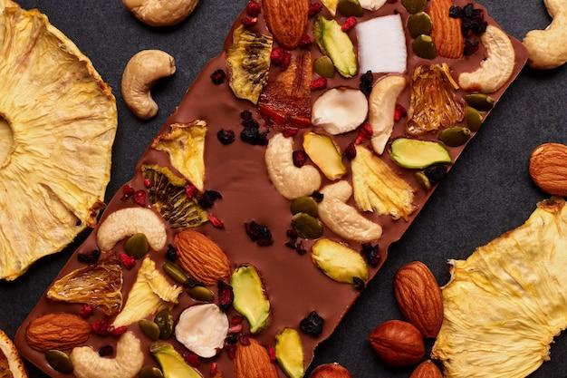 Ręcznie robiona czekolada mleczna z suszonymi owocami i orzechami