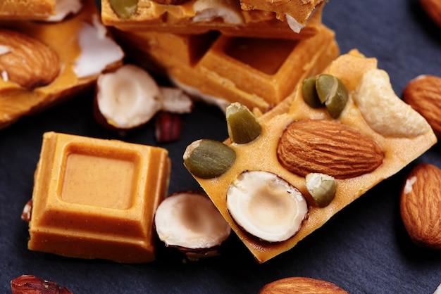 Ręcznie robiona czekolada z kurkumą z suszonymi owocami i orzechami