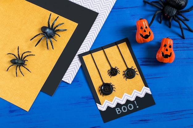 Ręcznie robiona karta z pająkami na halloween diy koncepcja