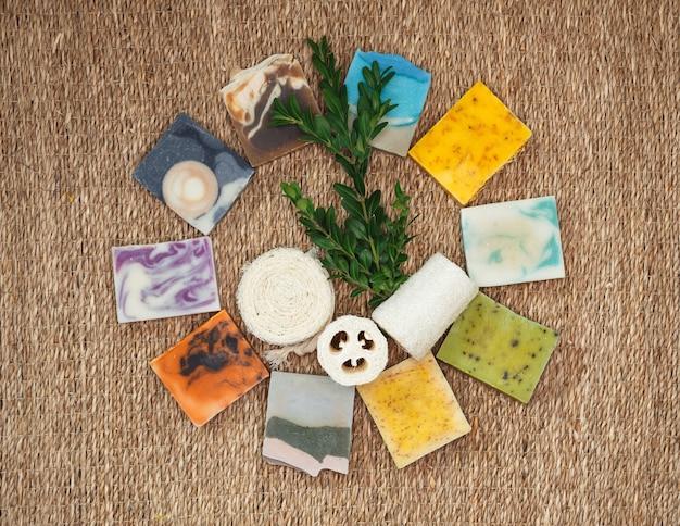 Ręcznie robiona kostka mydła z olejem kokosowym. nawilżająca pielęgnacja skóry i aromaterapia. koncepcja wykorzystania naturalnego oleju w kosmetologii.