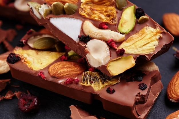 Ręcznie robiona mleczna czekolada z bakaliami i bakaliami