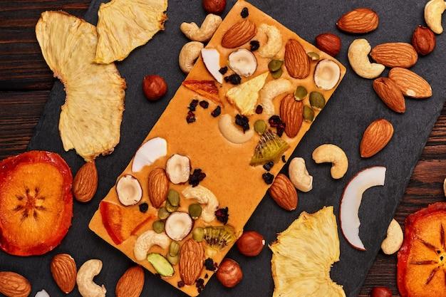Ręcznie robiona pomarańczowa czekolada z suszonymi owocami i orzechami