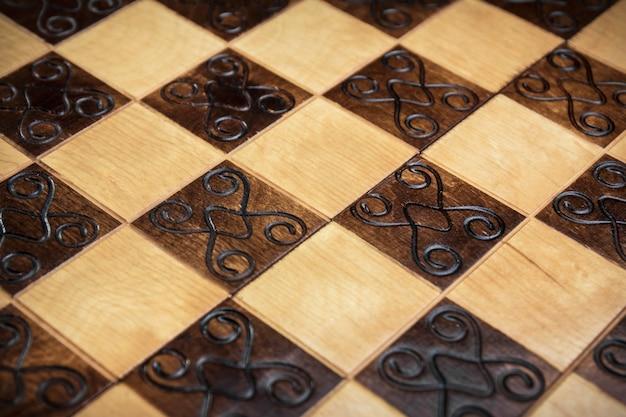Ręcznie robiona szachownica, zbliżenie, widok z boku, piękny rysunek na drewnie