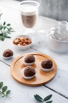 Ręcznie robiona trufla czekoladowa na świątecznym białym stole.