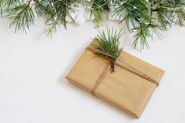 Ręcznie robione alternatywne pudełko na prezent na boże narodzenie, zapakowane w papier rzemieślniczy grunge.