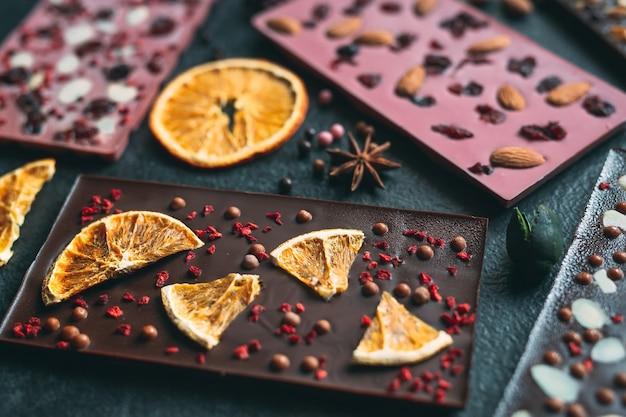 Ręcznie robione batony czekoladowe z różnymi suszonymi owocami i polewami orzechowymi
