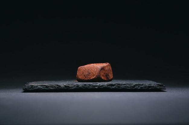 Ręcznie robione cukierki z trufli z ciemnej czekolady