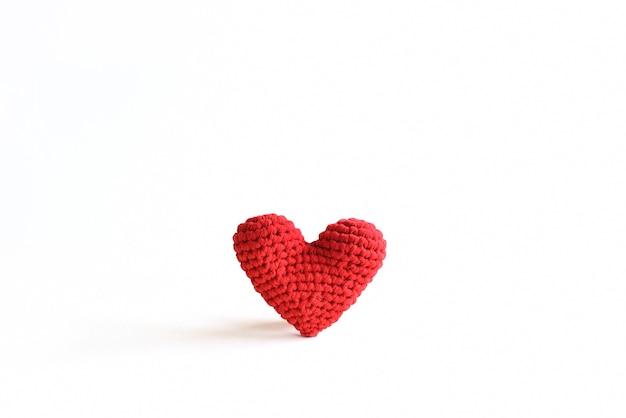 Ręcznie robione czerwone szydełkowe serce na białym tle