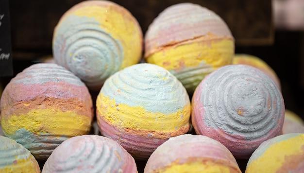 Ręcznie robione kosmetyki, kule do kąpieli o jasnym zapachu soli. pojęcie pielęgnacji ciała.