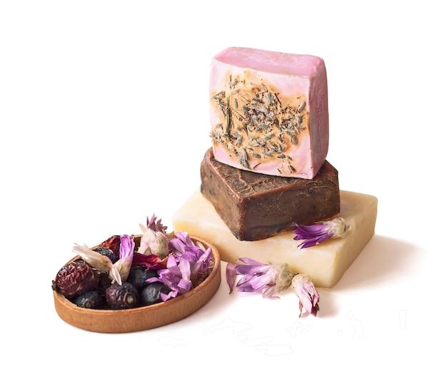 Ręcznie robione kostki mydła z kwiatami i jagodami. kosmetyki do pielęgnacji skóry
