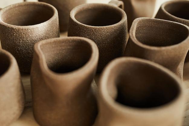 Ręcznie robione kubki w sklepie z ceramiką