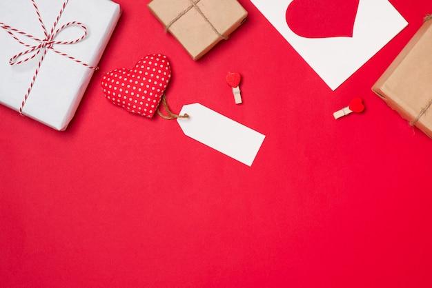 Ręcznie robione małe pudełko z symbolem serca na czerwonym tle.