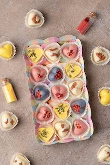 Ręcznie robione modne słodycze czekoladowe z naturalnymi barwnikami: ekstrakt kurkumy, herbata z ananasa, proszek truskawkowy
